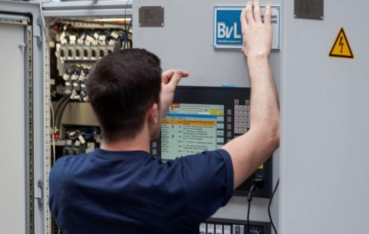 BvL-Mitarbeiter bei der Arbeit an einem Schaltschrank
