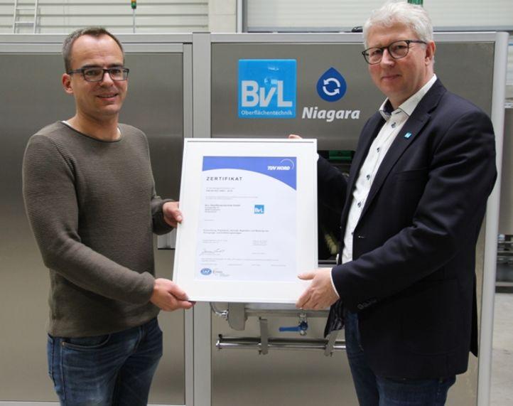 Leiter des Qualitätsmanagements und Geschäftsführer Bernard Sievering (rechts) mit einem Zertifikat