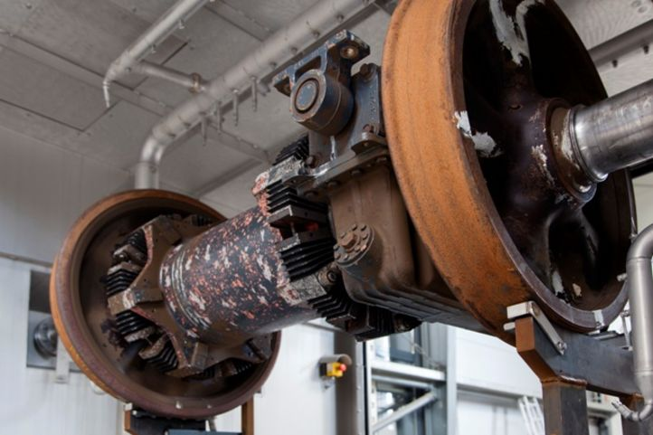 Radsatz in Reinigungsanlage mit Spezial-Düsensystem