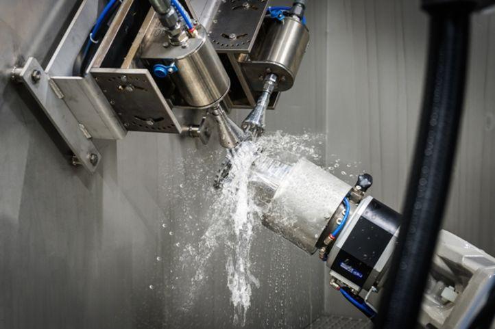 Robotergeführte Hochdruckeinheit Geyser mit Wasserstrahl