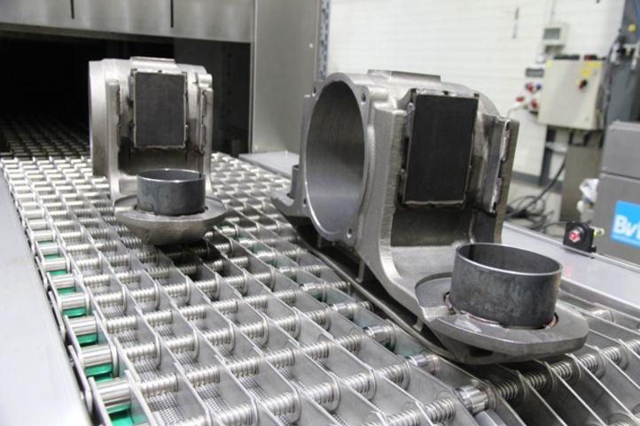 Neue Bahngehäuse fahren auf Ketten in BvL-Durchlaufanlage zur Reinigung
