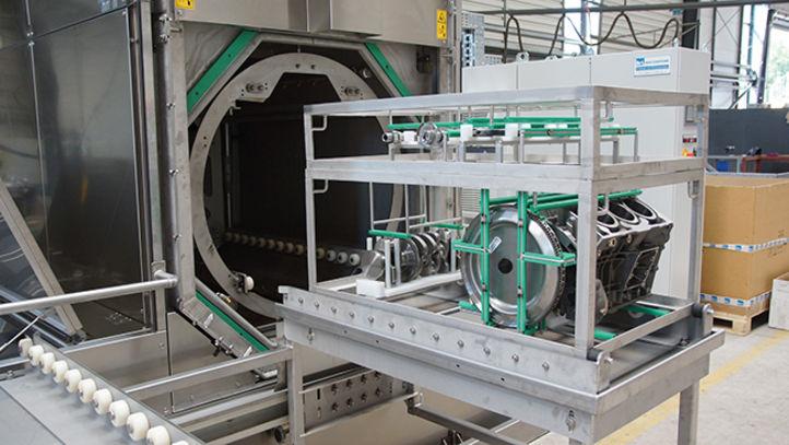 Motorenkomponenten in einem Werkstückträger vor der BvL-Reinigungsanlage Niagara zur fachgemäßen Reinigung