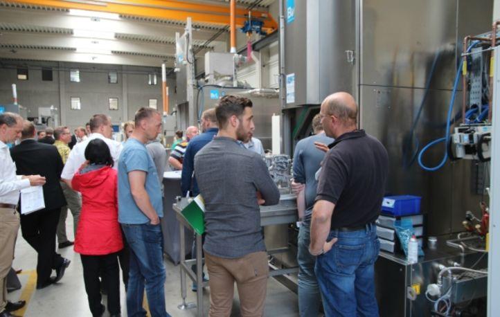 Erläuterung an einer Anlage durch einen BvL Oberflächentechnik-Mitarbeiter