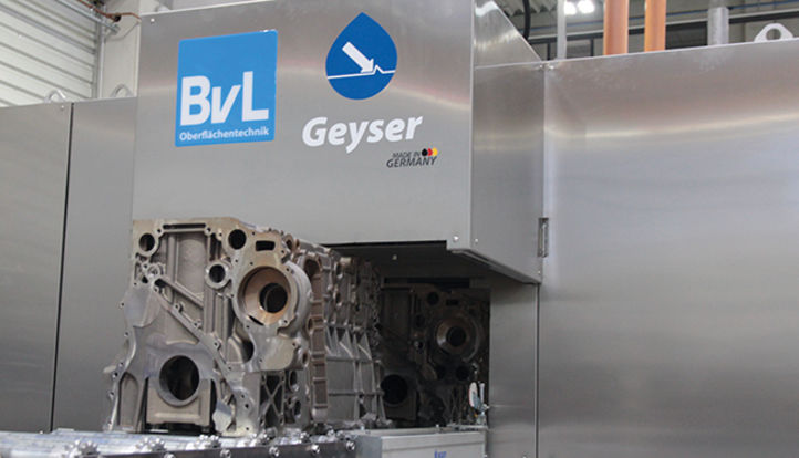 Motorblock fährt zur Hochdruckreinigung in BvL-Anlage Geyser ein.