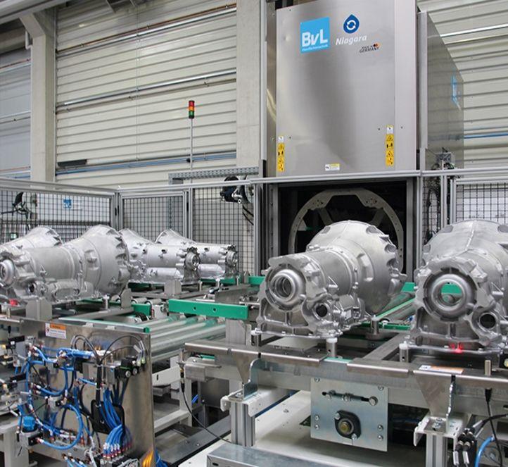 Hohe Taktzeiten werden durch automatisierten Vorbautisch zur Reinigung von Getriebegehäusen bei BvL erreicht.