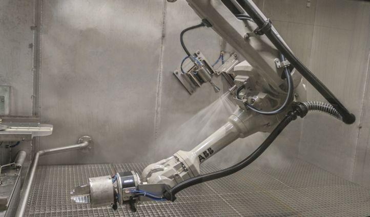 Auch mit Hilfe eines Roboterarms kann mit dem Geyser unter Hochdruck entgratet werden.