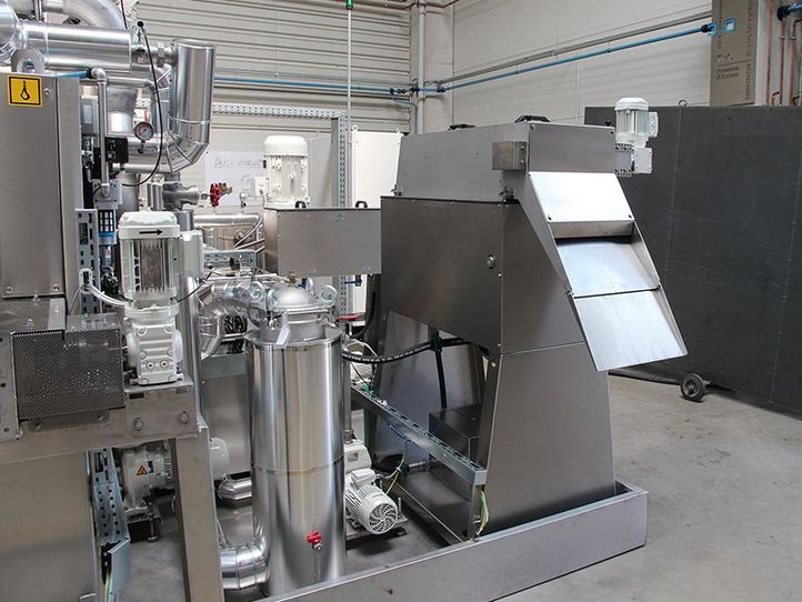 Fast and economical cleaning of oily workpieces
