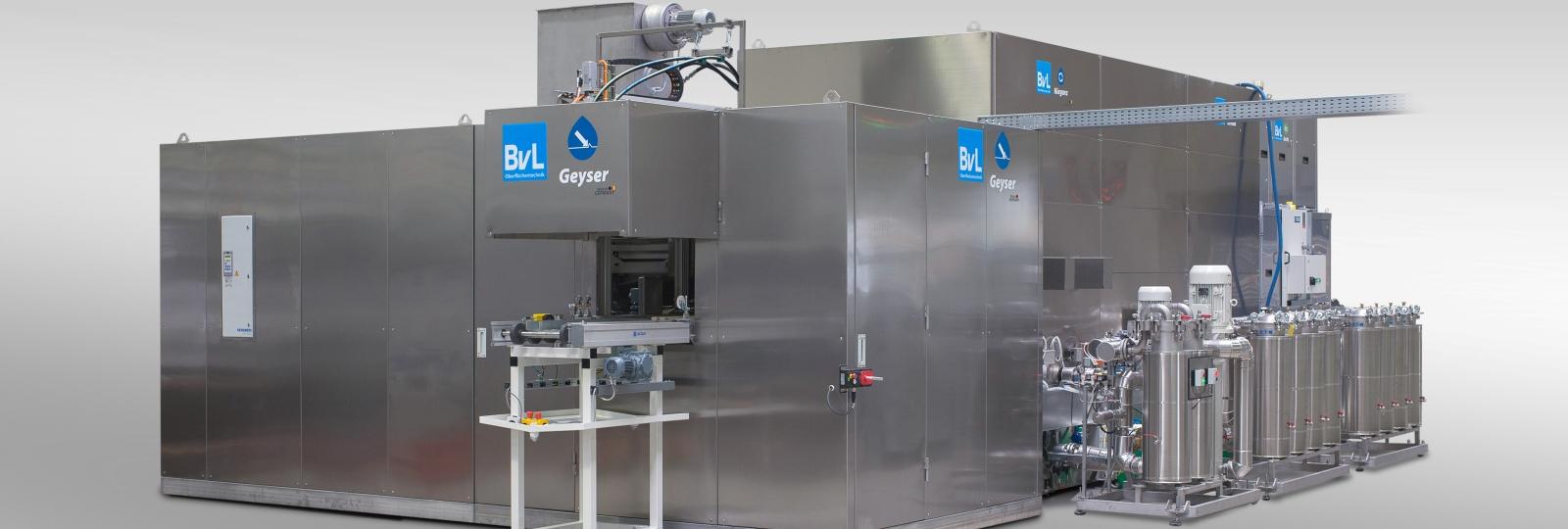 Die Reinigungsanlage Geyser von BvL nutzt die Robotertechnik und ein Hochdruckverfahren zum Reinigen, Entgraten und Entlacken.