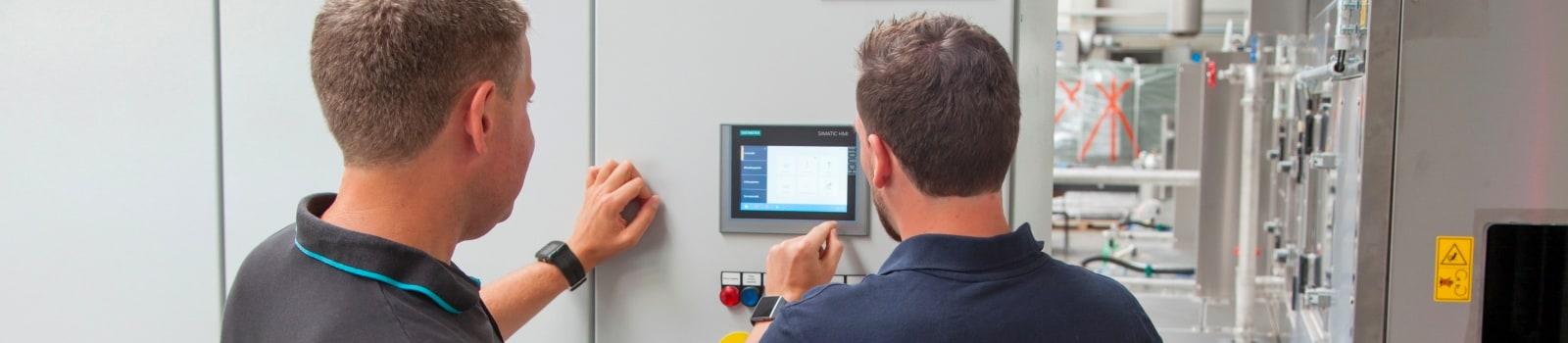 Ausführliche Schulung eines Kunden durch einen BvL Oberflächentechnik-Mitarbeiter