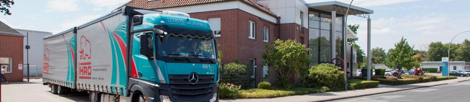 Abfahrt eines mit einer Reinigungsanlage beladenen LKWs vom BvL-Firmengelände in Emsbüren