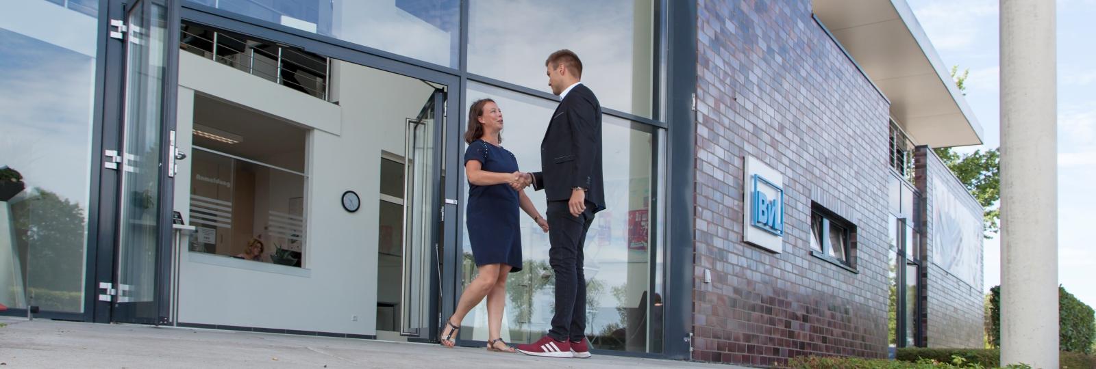 Ein neuer Mitarbeiter bei BvL wird im Eingang begrüßt.