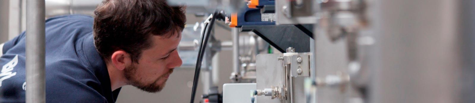 BvL Oberflächentechnik-Mitarbeiter bei der Begutachtung und Kontrolle einer Reinigungsanlage